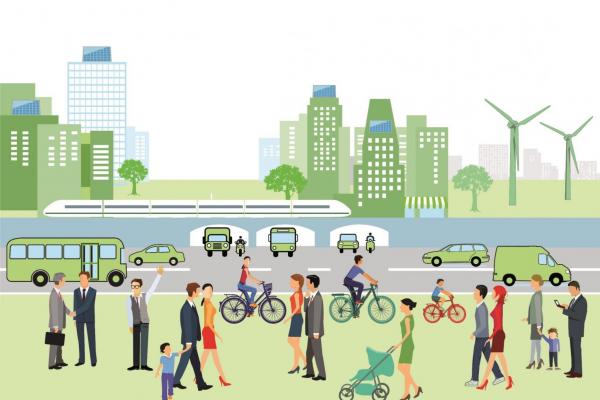 Menschen unterschiedlichen Alters laufen oder fahren eine Straße entlang. Im Hintergrund sind Bahnen, Autos, Gebäude, Windenergieanlagen und PV-Anlagen zu sehen.