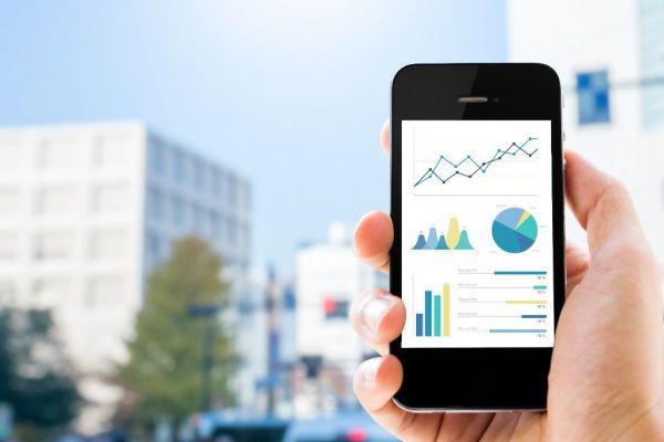 Szene mit Smartphone und grafischer Darstellung energierelvanter Gebäudedaten