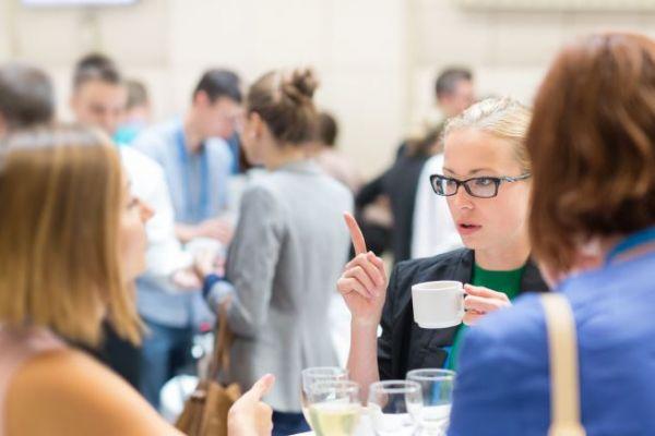 Wissenschaftlerinnen im Gespräch - die Begleitforschung soll vor allem auch das Vernetzen fördern