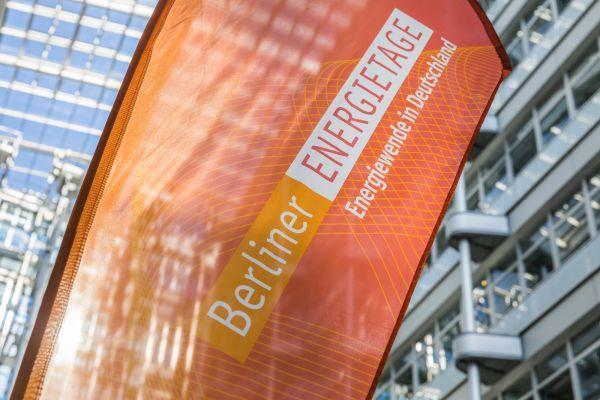 Symbolbild für die Berliner Energietage: Logo und Schriftzug der Großveranstaltung auf einer roten Flagge
