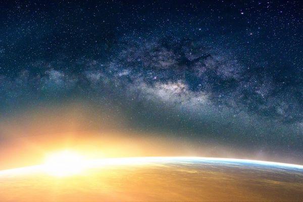 Das Bild zeigt eine untergehende Sonne am Horizont