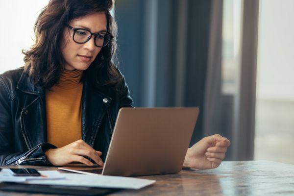 Frau vor Laptop