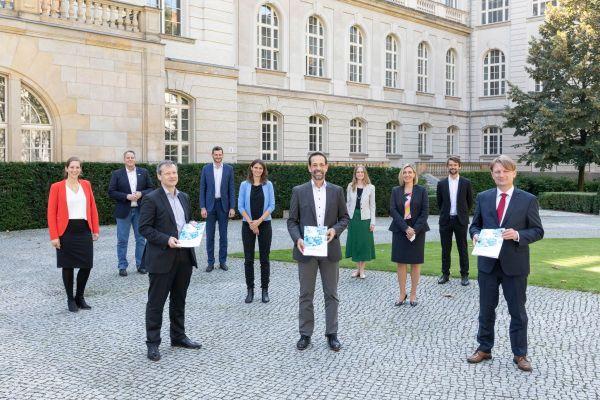 Gruppenfoto anlässlich der Übergabe der Expertenempfehlung des Forschungsnetzwerks Wasserstoff im BMWi