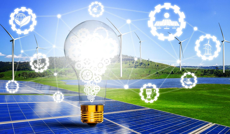 Symbolbild Glühbirne mit Windpark und Solarpanels im Hintergrund und Symbolen für Energieversorgung in Kugeln