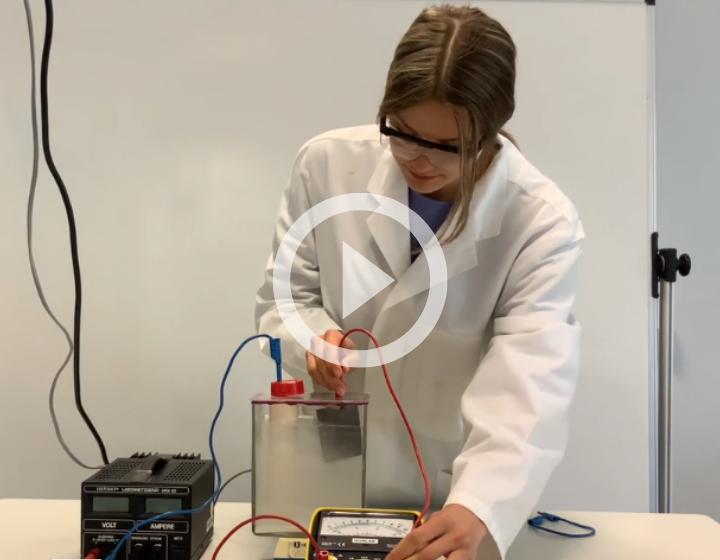 Mariella Benkenstein lädt die eigene Batterie. Im Video erklären die beiden Gewinnerinnen, woran sie forschen. Screenshot / Foto: Stiftung Jugend forscht e. V.